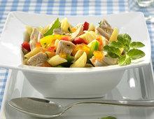 Nudelsalat mit Pute, Gurke und Paprika