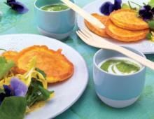 Allgäuer Bergkäsepuffer mit Frühlings-Blüten-Salat