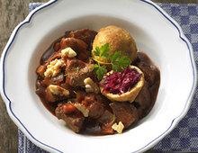 Putengulasch mit gebackenen Rotkohlklössen