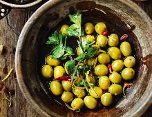 Grüne Oliven mit Zitrone, Oregano und Chilischoten