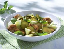 Zucchini-Melonen-Salat mit Putenbrust