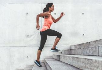 Frau joggt Treppen hoch