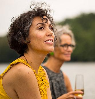 Zwei Frauen Sekttrinkend am See