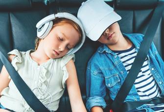 Schlafende Kinde im Auto