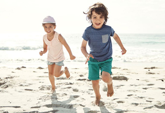 Spielende Kinder am Meer