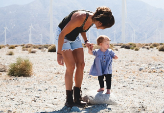 Mama mit Kind an der Hand