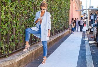 Frau auf Straße schaut auf Handy