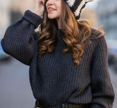 Frau mit Pullover und Mütze