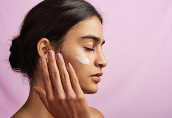 Für strahlende Haut am Morgen: Darum schwören gerade alle auf eine Nachtpflege mit Retinol