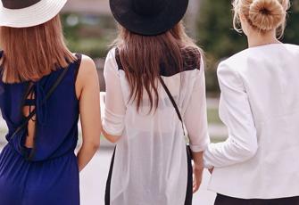 Frauen mit Hut