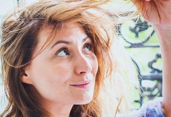 Frau schaut sich Haare an