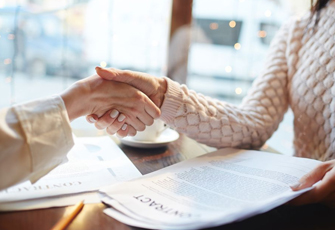 Frauen schütteln Hände