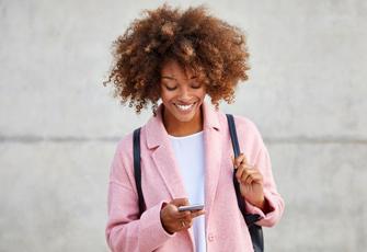 Frau schaut auf Handy