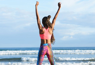 Frau macht Übungen am Strand