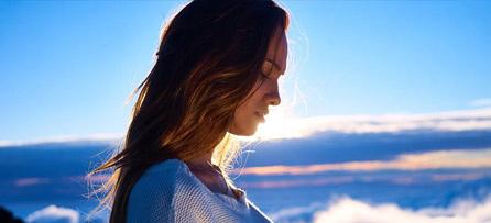 Frau unter blauem Himmel