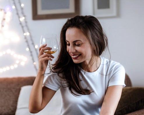 Lächelnde Frau mit Weinglas
