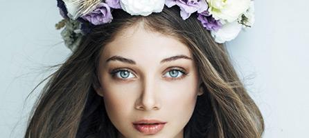 Frau mit Blumengranz