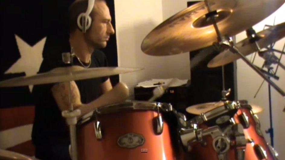 Il joue de la batterie… sans mains (Vidéo)