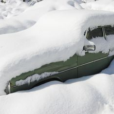 Faits divers : Il survit enseveli sous la neige dans sa voiture pendant 2 mois