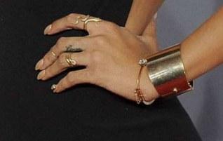 Rihanna vernis or