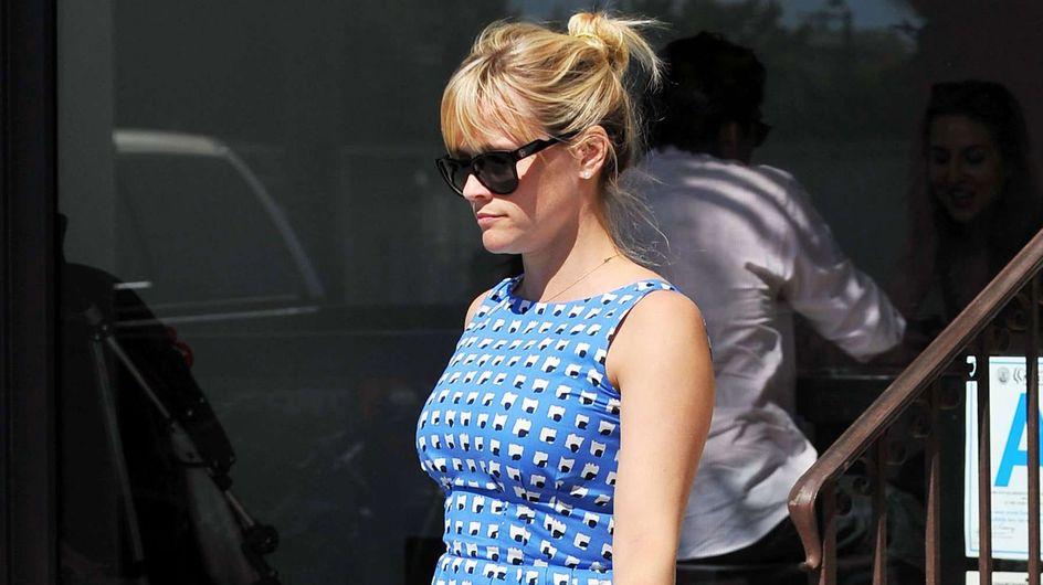 Reese Witherspoon : Elle dévoile son petit ventre rond (Photos)
