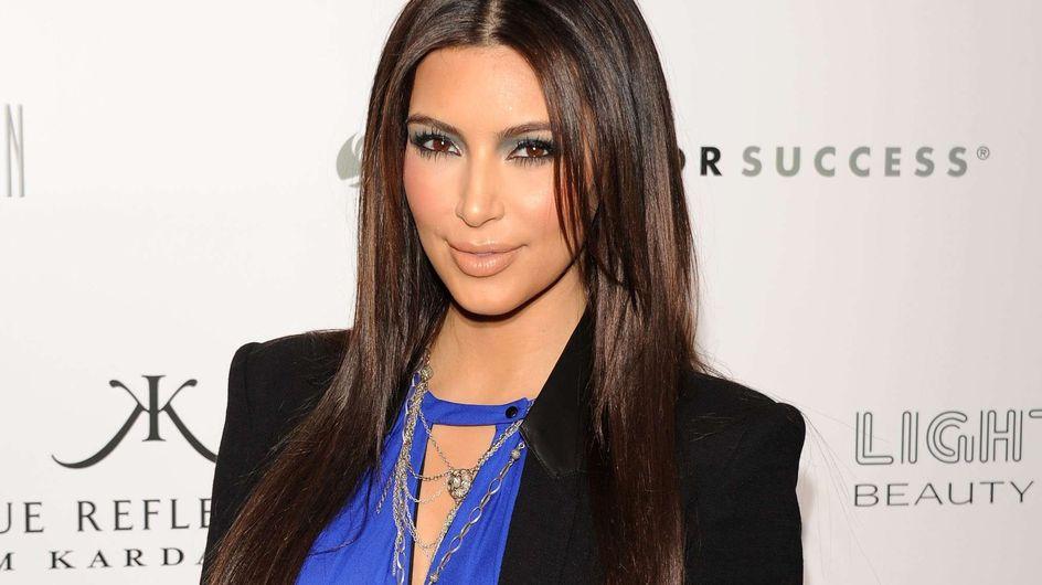 Kim Kardashian : Enfarinée pour le lancement de son parfum (Vidéo)