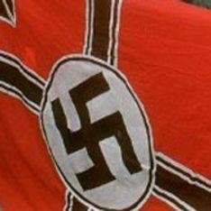 Un homme poste sur Facebook des photos de son bébé ceint d'un drapeau nazi