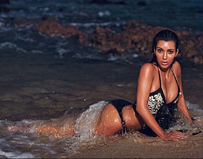 kim Kardashian se cambre dans les vagues comme une sirène