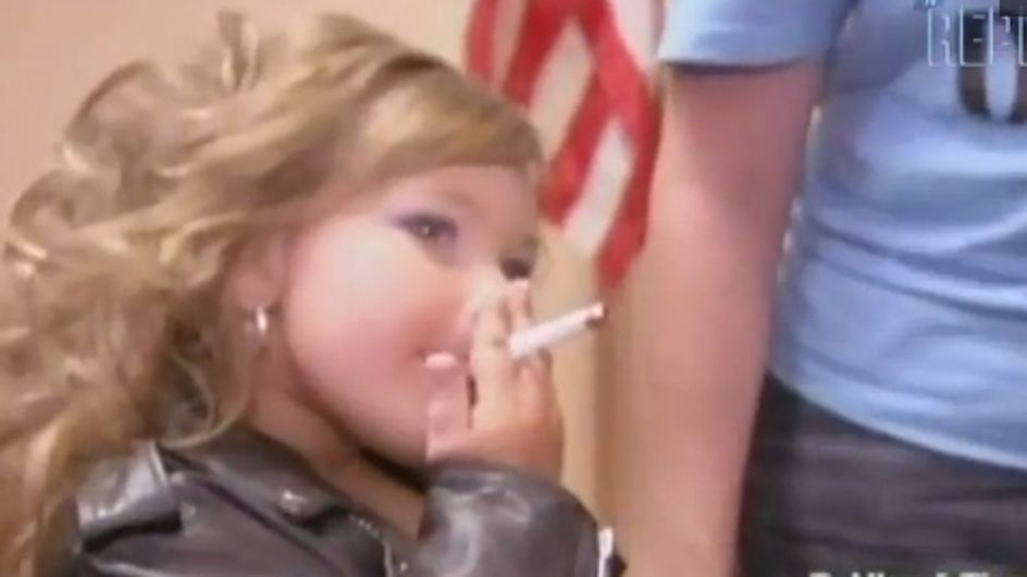 Une petite miss fait scandale avec sa cigarette ! (Vidéo)