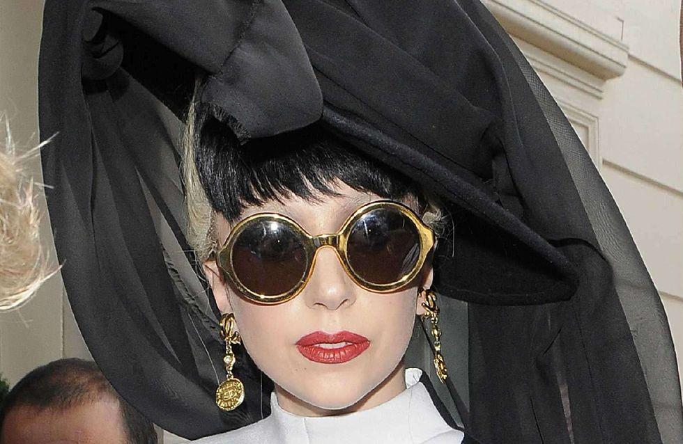 Lady Gaga : Elle se fait tatouer en direct sur scène ! (Photos)