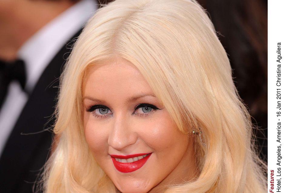 Christina Aguilera : Hillary Clinton envoûtée par son décolleté (Photos)