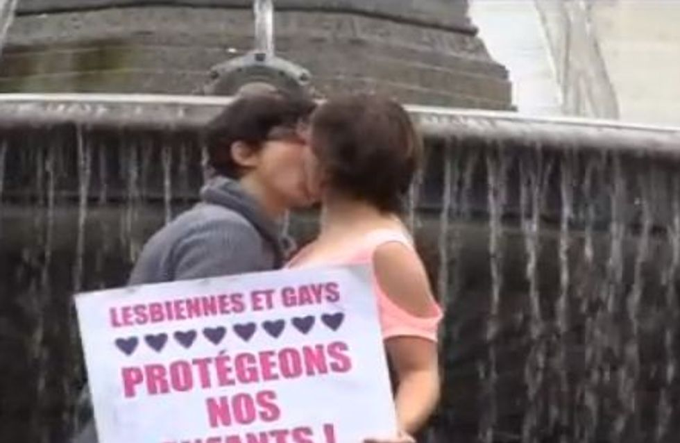 Mariage gay : Elles s'embrassent fougueusement face aux opposants (Vidéo)