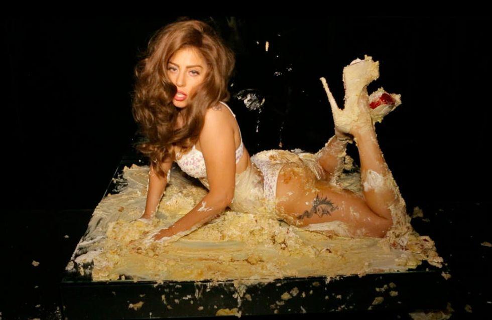 Lady Gaga patauge à moitié nue dans un gâteau à la crème (Photos)