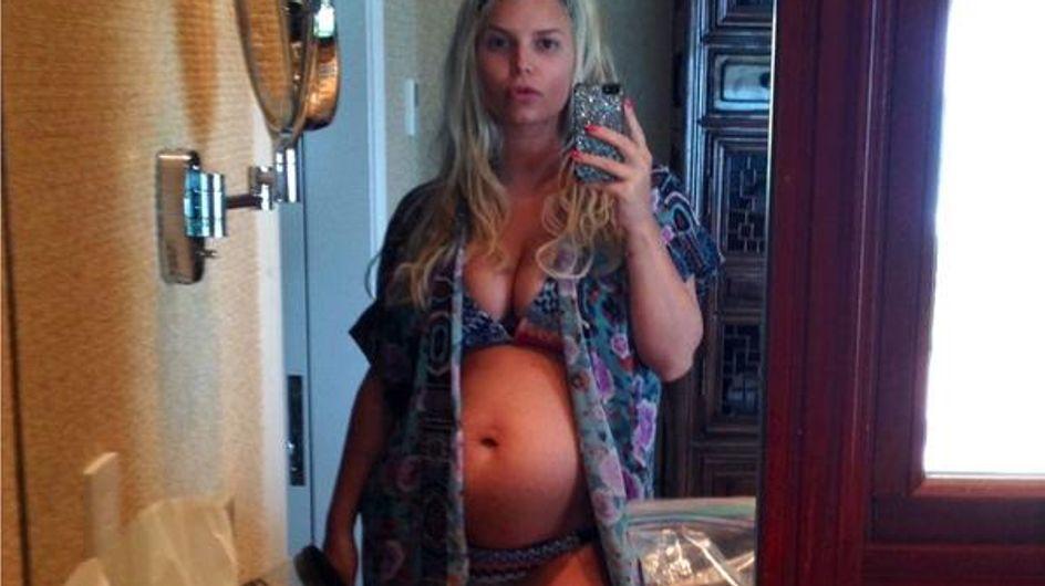 Jessica Simpson : Enceinte et en bikini sur Twitter (Photos)