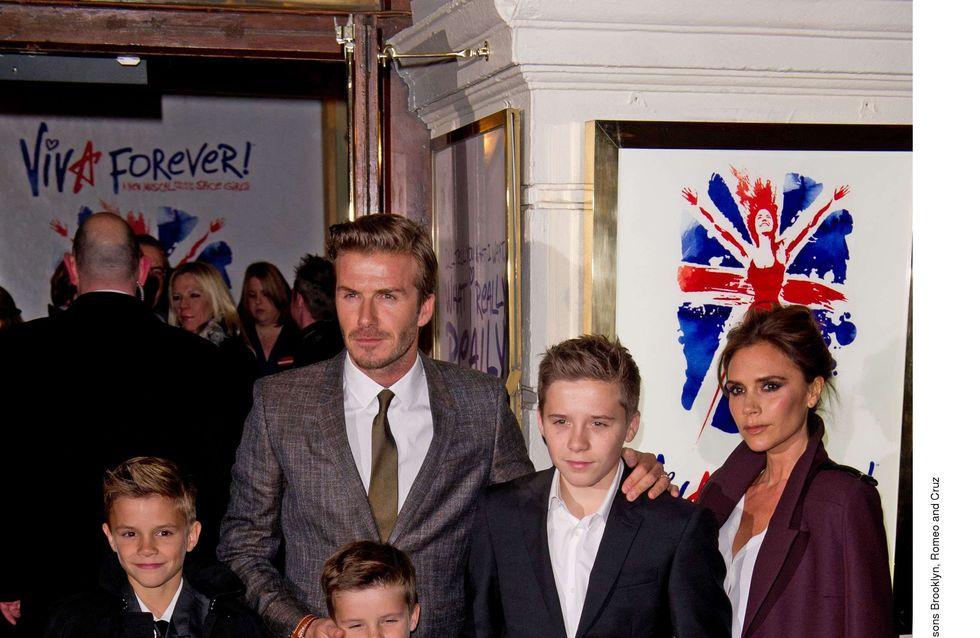 Romeo Beckham sourit pour Burberry, pas comme sa mère (Vidéo)