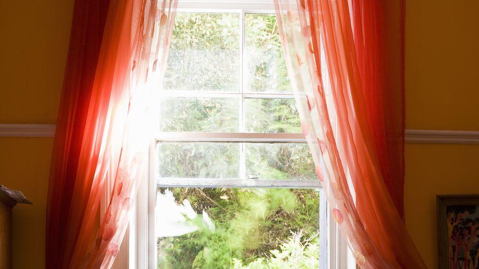 Surpris par sa femme, un homme infidèle jette sa maîtresse par la fenêtre