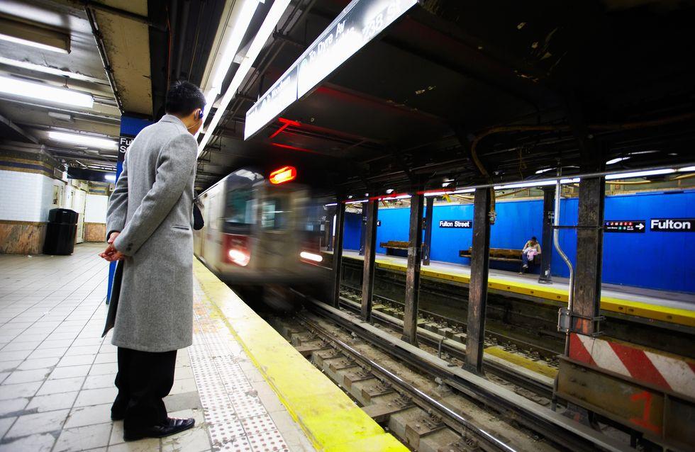 Tombée sur les rails du métro, elle est sauvée de justesse par un policier (Vidéo)