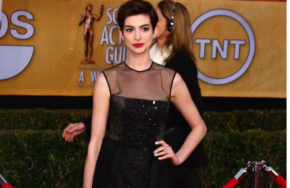 Anne Hathaway : Chic et tendance pour les SAG Awards (Photos)