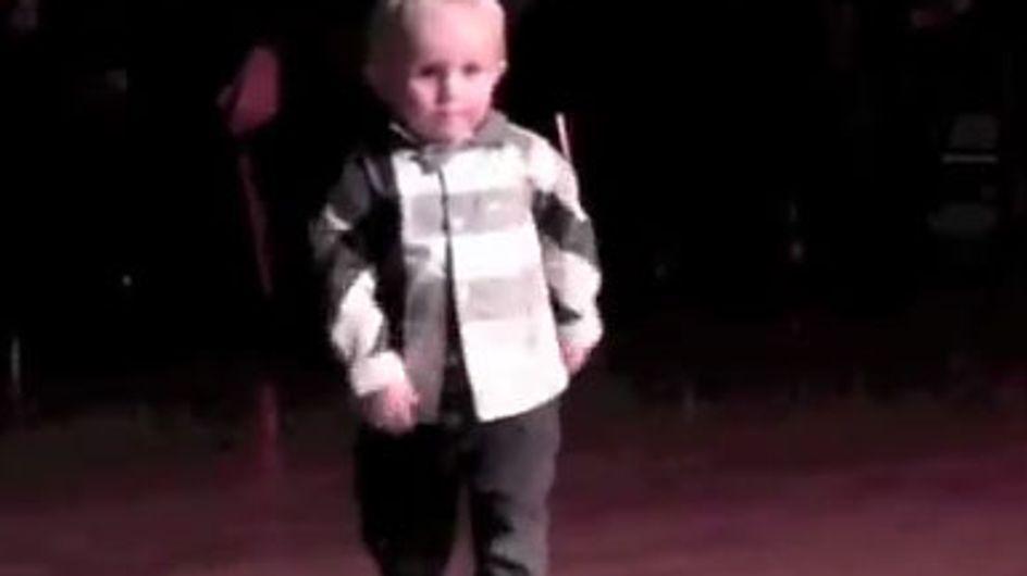 Buzz : Le bébé qui danse sur Elvis (Vidéo)