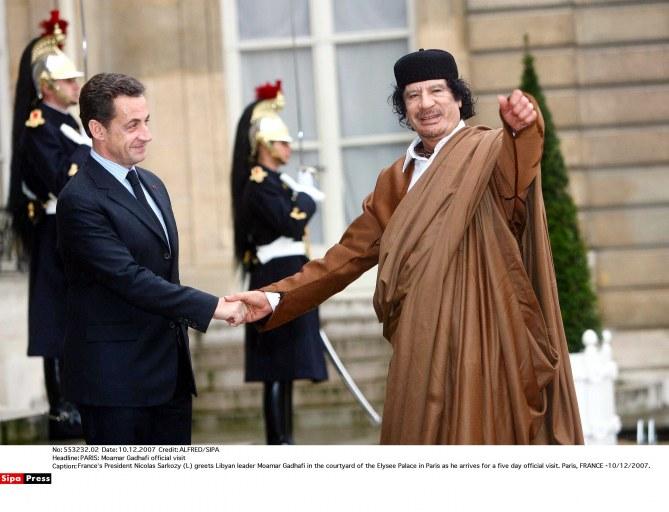 las Sarkozy et Mouammar Kadhafi