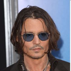 Johnny Depp : Seul pour la première de Dark Shadows ! (Photos & Vidéo)