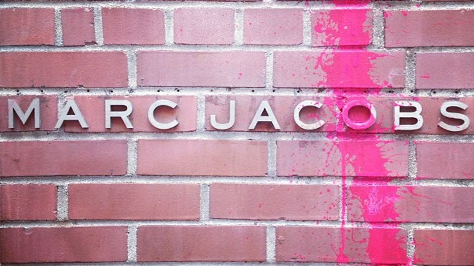 Marc Jacobs : Sa boutique vandalisée, il riposte avec humour ! (Photos)