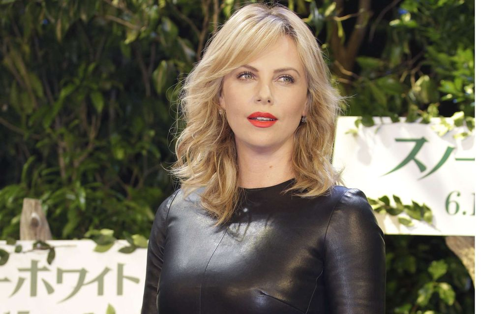 Charlize Theron : Sexy en robe en cuir ! (Photos)