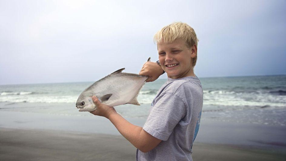 Insolite : Un enfant avale un poisson vivant !