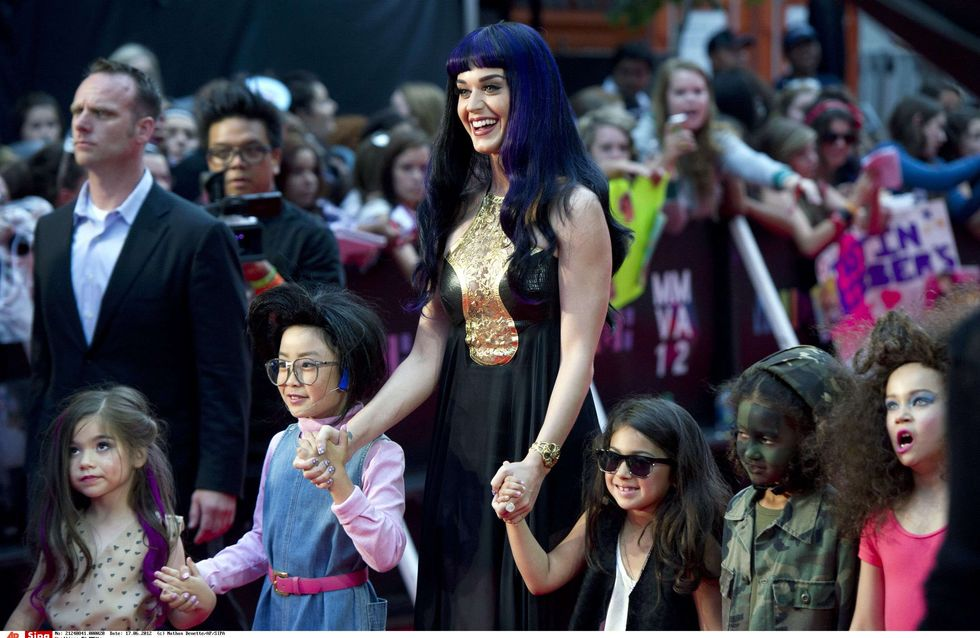 Katy Perry : Elle donne à nouveau dans le look gothique (Photos)