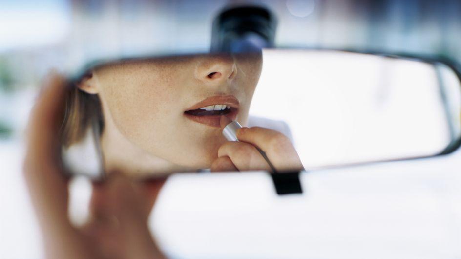 Maquillage : Se pomponner ou conduire, il faut choisir (Vidéo)