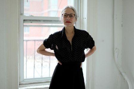 Jacky, mannequin senior pour american apparel, chemise à pois et robe longue