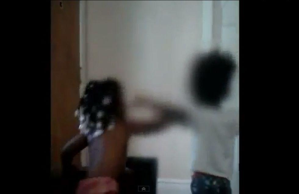 Une femme force ses fillettes à se battre violemment (Vidéo)