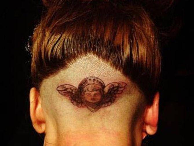 Lady Gaga se fait tatouer en direct sur scène
