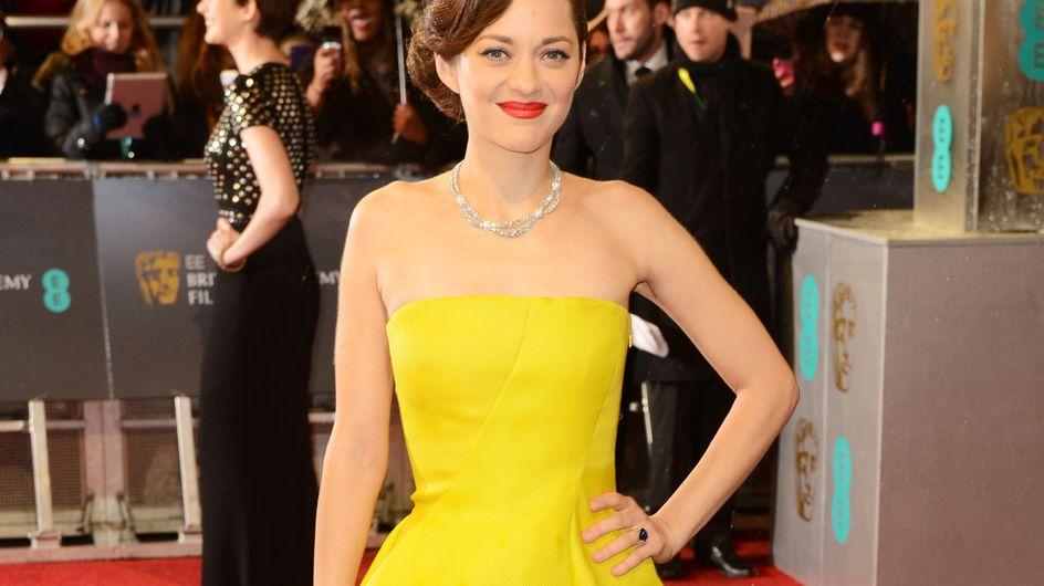 """Marion Cotillard adopte la robe """"craquée"""" Dior aux BAFTA Awards (Photos)"""